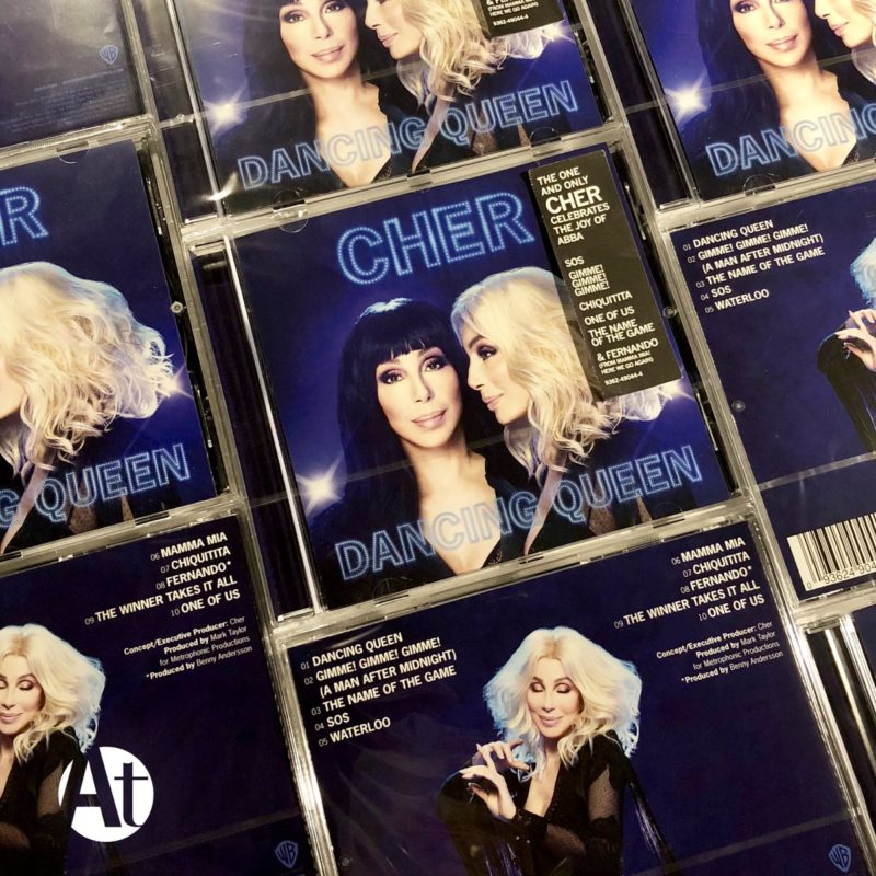 Cher canta Chiquitita.